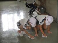 上級生は下級生に掃除の仕方を教えます