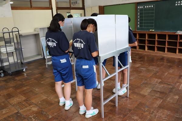 投票用紙を記入